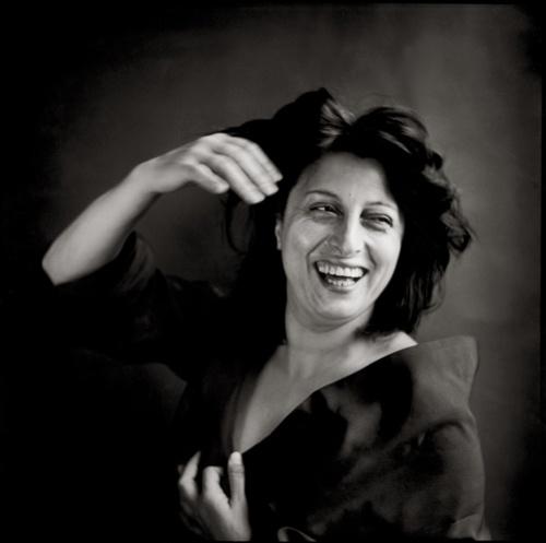 """<0>#AnnaMagnani, 1953, fotografata da #RichardAvedon. «Anna è Anna, qualunque cosa faccia: occhi puntati, senza ombre; bocca che non ha né paure, né reticenze. Anna recita Anna. E recitare diventa il piacere di vincere i fantasmi e i sonnambuli di tutti i giorni». Italo Moscati, """"Anna Magnani. Un urlo senza fine"""", Lindau 2015"""