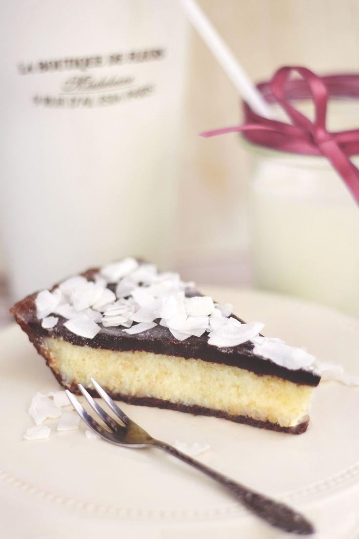 Kókuszos tarte Mindig is rajongtam azokért a sütikért, ahol a tészta csak azért van, hogy keretet adjon a tölteléknek, és kóstolás közben még inkább kihozza a süti jellegét adó ízeket. Ez a tarte az, aminek látszik: kókusz fehér csokiban érlelve, kakaós-mogyorós formába téve, és nyakon öntve egy tisztességes adag csokoládéval. Ennyi. Egyszerűen felejthetetlen.   Budapest Neked Cake