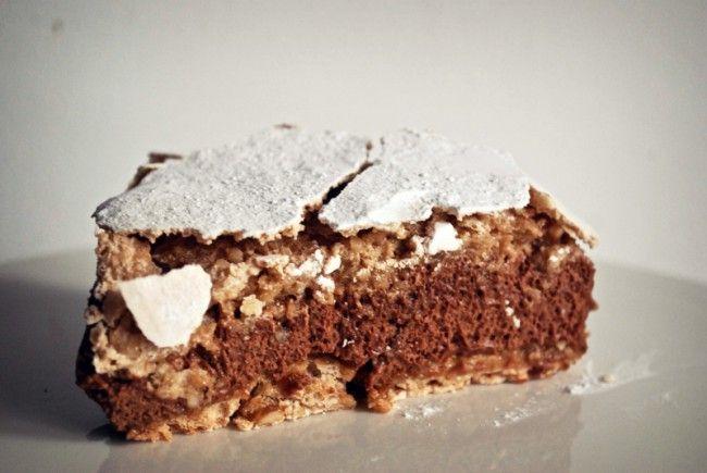 Hazelnoot Mokka Meringue Taart; elegante hazelnootschuimtaart met mokka mousse van chocolade en koffie. Herfsttaart.