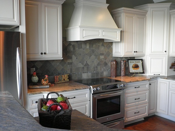grey backsplash white cabinets - Schwarzweimosaikfliese Backsplash