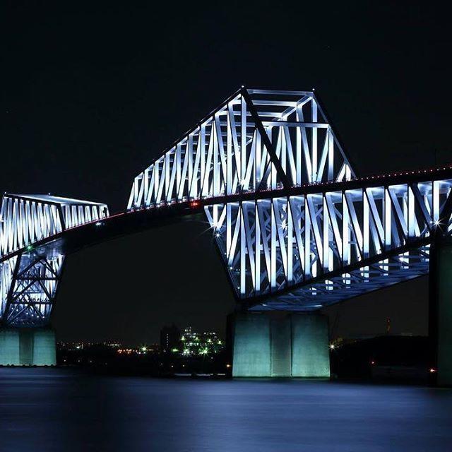 【tabachoymitch】さんのInstagramをピンしています。 《仕事が終わって、急にゲートブリッジに行きたくなったので高速を飛ばして行って来ました❗️ 釣り人は多いし、トイレも自販機もたくさんあって撮影するには安心して居られる場所でした👍  #ゲートブリッジ #東京ゲートブリッジ #橋 #bridge #橋脚 #東京 #東京湾 #海 #海釣り公園 #釣り #若洲公園 #若洲海浜公園 #ブリッジ #日本 #イルミネーション #ライトアップ》