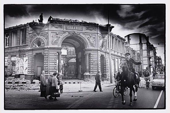 In 1961 legde de Amsterdamse fotograaf Ed van der Elsken (1925 - 1990) de sloop vast van de Galerij, het laatste overblijfsel van het Paleis voor Volksvlijt.