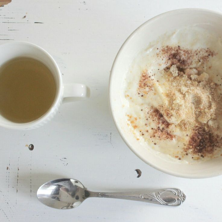 Ontbijt: thee, kwark, banaan, beschuit en chocolade