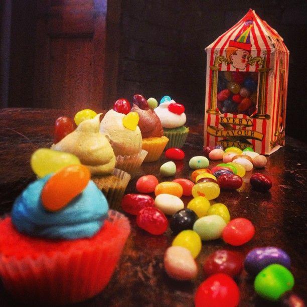 Bertie Botts mini cupcakes: Τα διάσημα καραμελάκια των μάγων! Με γεύσεις κλασσικές αλλά και περίεργες οπως γρασίδι, χώμα, βρωμιά! Τα Μπερτι Μποτς είναι τύχη! 5 cups διαφόρων γεύσεων! Προσοχή ομως μπορεί να σου τύχει καμιά περίεργη γεύση! Μη φοβηθείς!