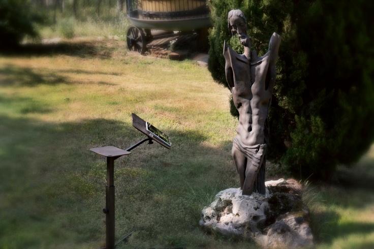 Curiosa questa foto che sembra uscita dai teltubbies, gesù (il cristo fi Matraia di Mauro Corona) sembra leggere le ultime nes sul Tablet