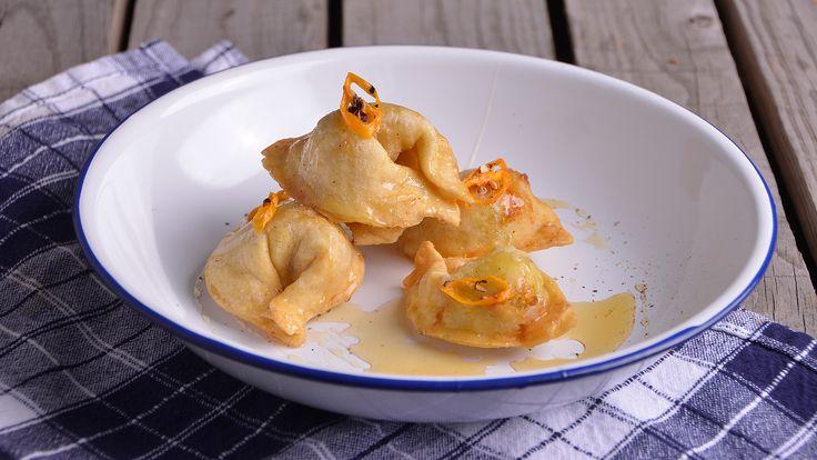 Receta | Tortellini rellenos de coco al curry fritos con un toque de miel de flores -                     canalcocina.es