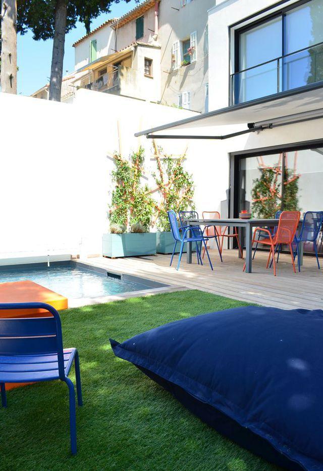 Des meubles colorés qui réveillent le jardin
