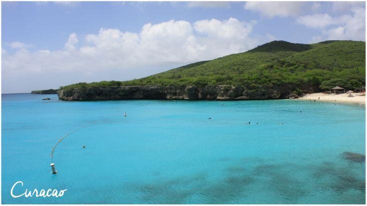 Curaçao – Curaçao é um destino para quem quer ter um gostinho de Europa no meio do Caribe. O lugar, marcado pela arquitetura holandesa, tem praias incríveis que se parecem com verdadeiras piscinas naturais. Difícil não soltar uma exclamação ao se deparar com a beleza de Kenepa Grandi, por exemplo. Algumas praias são pagas, é verdade, mas em boa parte dos casos o valor é convertido em uma boa estrutura, como chuveiro, cadeiras e guarda-sóis disponíveis. A ilha é indicada para praticar…