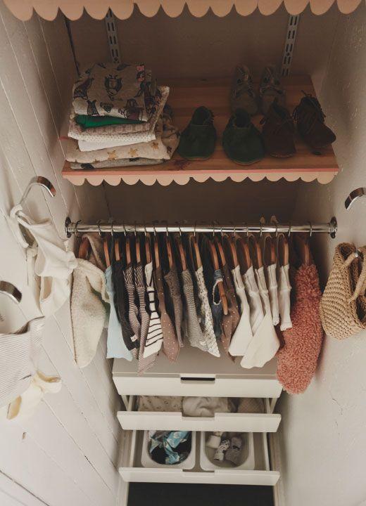 Der Schrank lässt sich in unterschiedlichen Ebenen nutzen, um Kleidung, die August jetzt passt, genauso unterzubringen wie die Kleidung, die er in ein paar Monaten braucht.