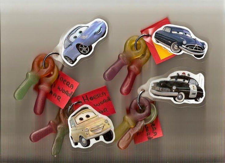 Traktatie van de week: Autosleutels ! of huissleutels, of vliegtuigsleutels ... . . ... . . . .. .  Nodig:  Drop of winegum- sleutels  Sle...