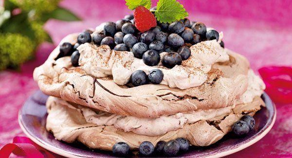 Skøn opskrift med marengs: sprøde marengsbunde med cremet chokolade-fyld...