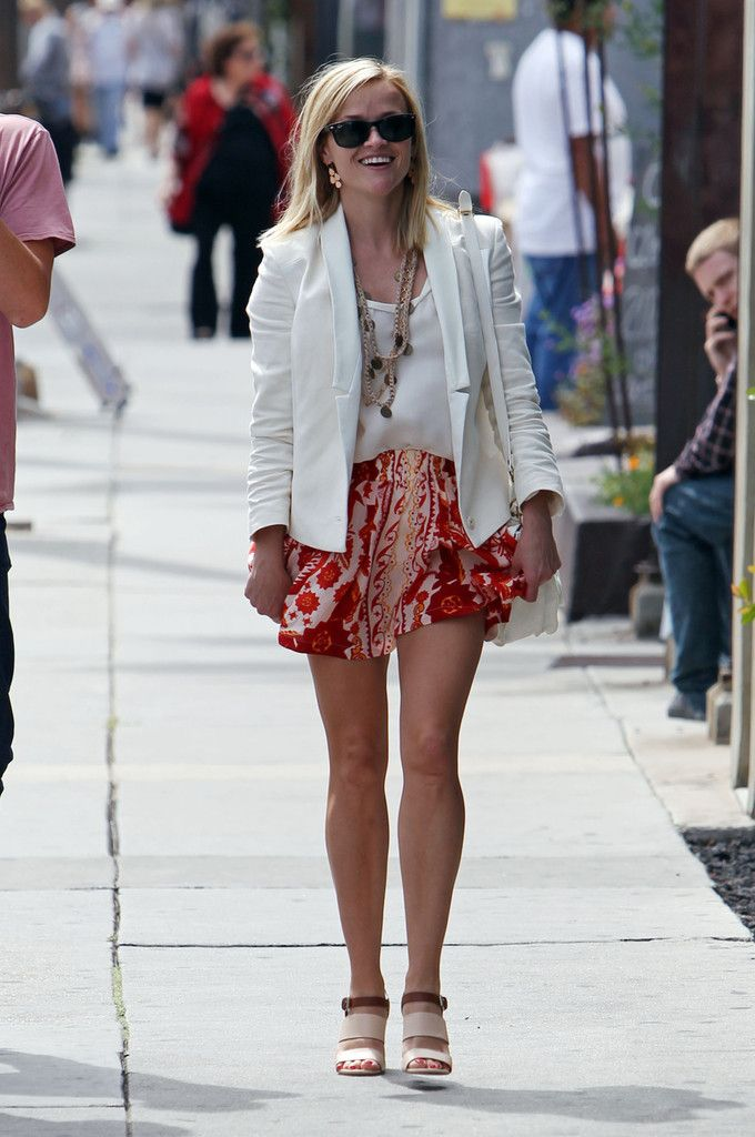 Reese Witherspoon - Reese Witherspoon Grabs Dinner in Venice Beach