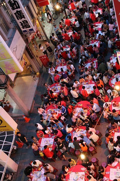 台湾・金門島の「中秋博状元餅夜」は更けても、参加者は熱い!