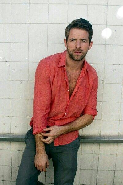 リネンシャツ赤、グレースラックスとあわせた男性ファッション