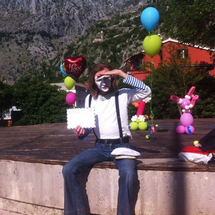 22 апреля привозил мим-почту в Котор на первый день рождения девочки Кати. Праздник проходил в Доме художника, поэтому атмосфера была замечательная и публика волшебная.  Пока что имеется только вот это любительское фото с того праздника.  #trempel #mimetrempel #mimiklab #personalgreeting #тремпель #мимтремпель #мимпочта #мим_почта #mimepost #mime_post #праздникивКоторе #заказатьпраздник #МимикЛэб #персональноепоздравление #подарокребенку #поздравление #заказатьмима #мимнапраздник…