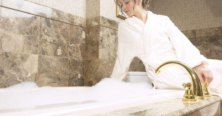 Quais produtos caseiros posso utilizar em um banho relaxante?. Há milhares de produtos disponíveis que podem transformar o seu banho em um spa relaxante e deleitante. Sais de banho, banhos de banheira, óleos, pétalas de flores -- a lista parece não ter fim. Economize dinheiro e exercite sua criatividade fazendo seus próprios produtos de banho com o que você já tem em casa.