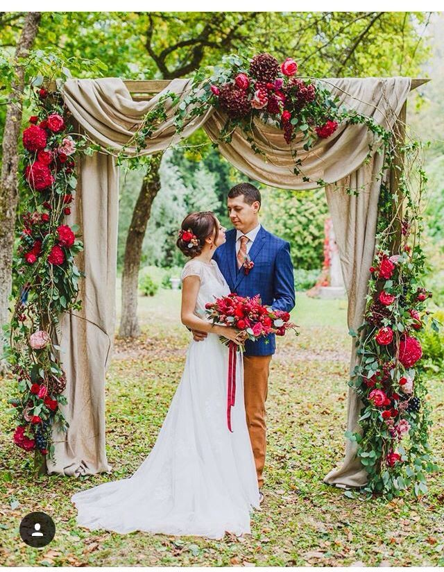 Love the pop of red in her hair and bouquet. It really pulls the whole look together!