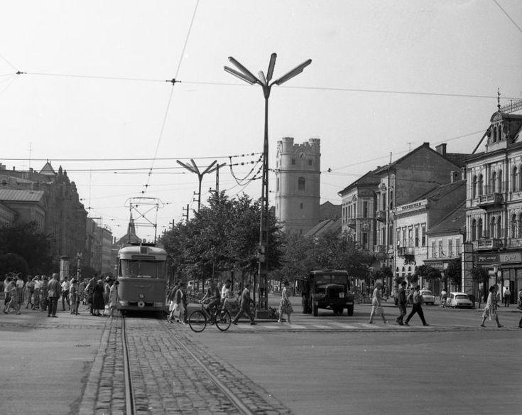 Piac utca, szemben a református Kistemplom (Csonkatemplom).