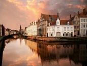 Bruges este o mina de aur din punct de vedere al arhitecturii, caci cea mai mare parte a orasului si-a pastrat aspectul medieval. Catedralele, bisericile si majoritatea cladirilor au un aer medieval, multe strazi sunt pavate, iar trasurile inca mai traverseaza strazile orasului.    Deci, cine merge la Bruges? http://www.gotravel.ro/recomandari-turistice/article/ce-e-de-facut-in-bruges