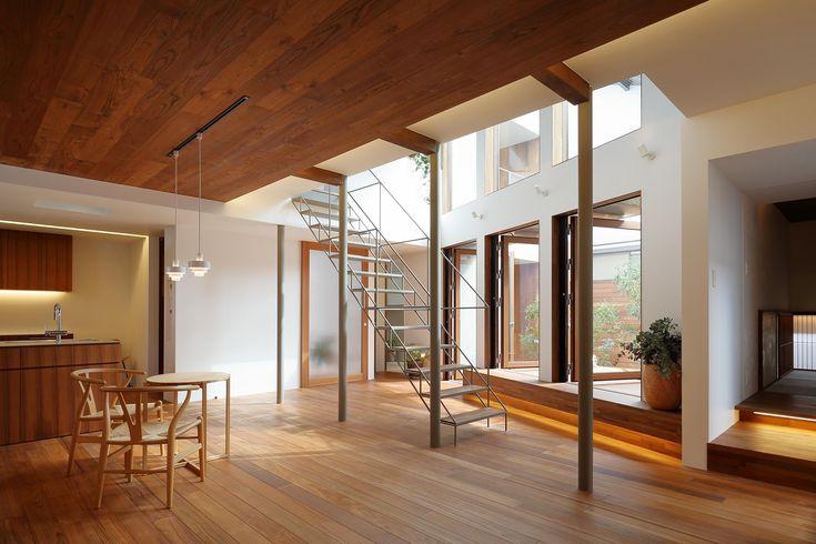 木パネル張り天井のリビング・ダイニング(三角の吹抜けのあるチークの家  ( 奥沢の家 )) - リビングダイニング事例|SUVACO(スバコ)