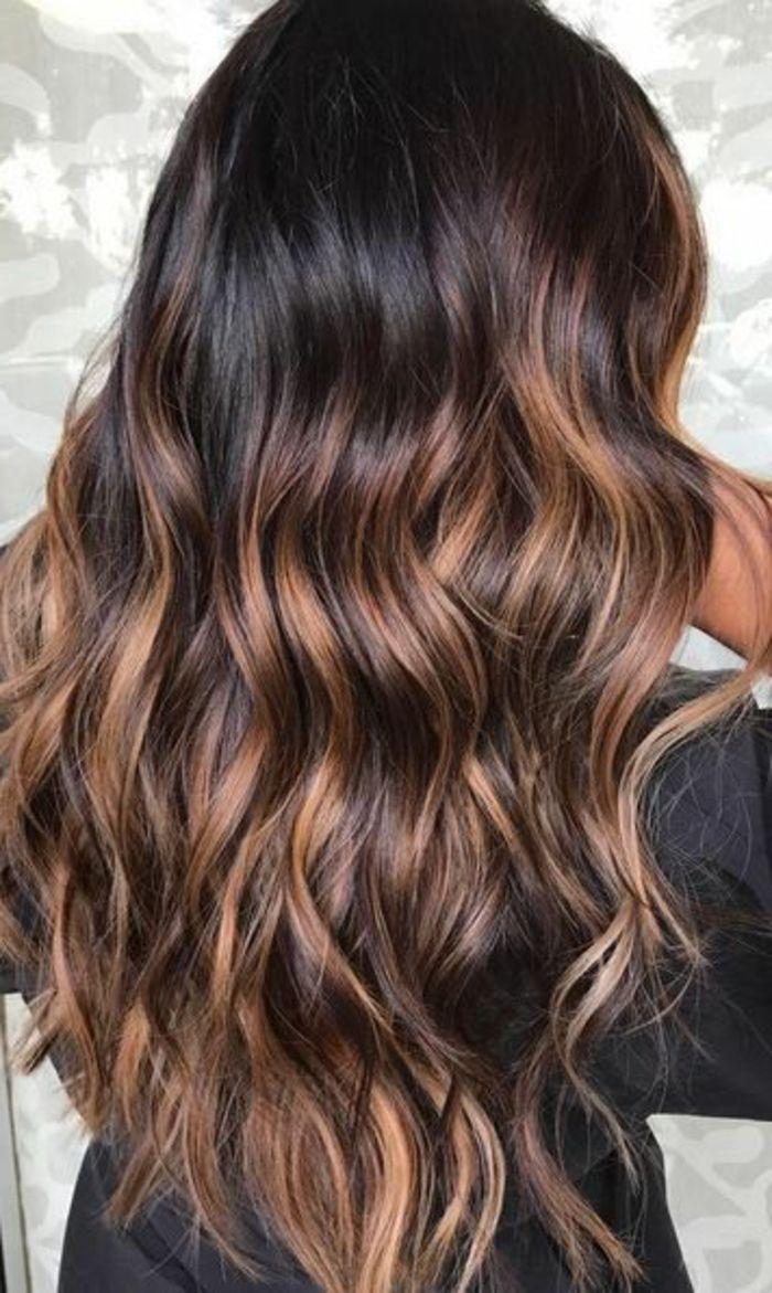 balayage miel sur brune, cheveux très foncés avec des mèches cuivrées chaleureuses