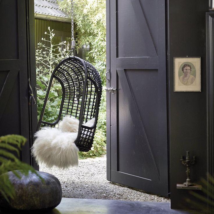Deze rieten hangstoel van HKliving creëert een heerlijke loungeplek voor buiten. Hij is gemaakt van kunststof en het binnenframe van aluminium waardoor hij bestendig is tegen alle weersinvloeden. Neem een boekje mee en ga lekker hangen in de tuin!