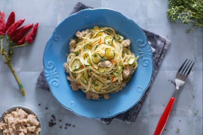 Spaghetti con tonno e zucchine: un primo piatto facile e veloce che unisce pesce e verdure. Croccanti zucchine si uniscono alla morbidezza del tonno!