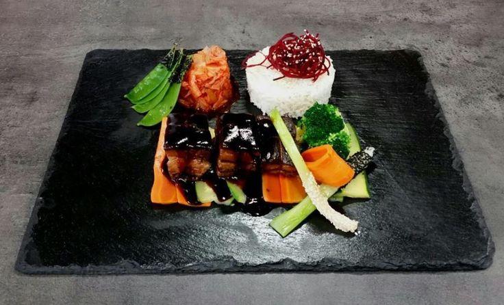 Klasický pečený bôčik ochutnal už zrejme každý. Čo takto rozšíriť si obzory a vyskúšať náš bôčik dong-po na dusenej zelenine s jasmínovou ryžou a kimchee šalátom? ;) #edokin #edokinsushi #dongpo #vegetables #kitchen #cooking #food #breasts