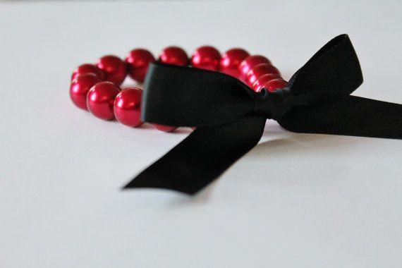 Perlas de vidrio de 12mm de color rojo ♥.    ♥ 5/8 negro ya atada en un moño de cinta de raso. ♥ Pulsera se extiende para llevar fácil. ♥ la