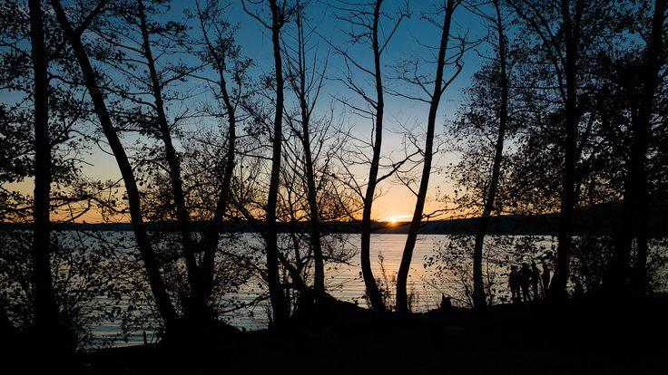 Da Trevignano   Abbiamo camminato a lungo proprio di fianco al lago dopo pranzo. E poi ad un certo punto è sceso il sole.
