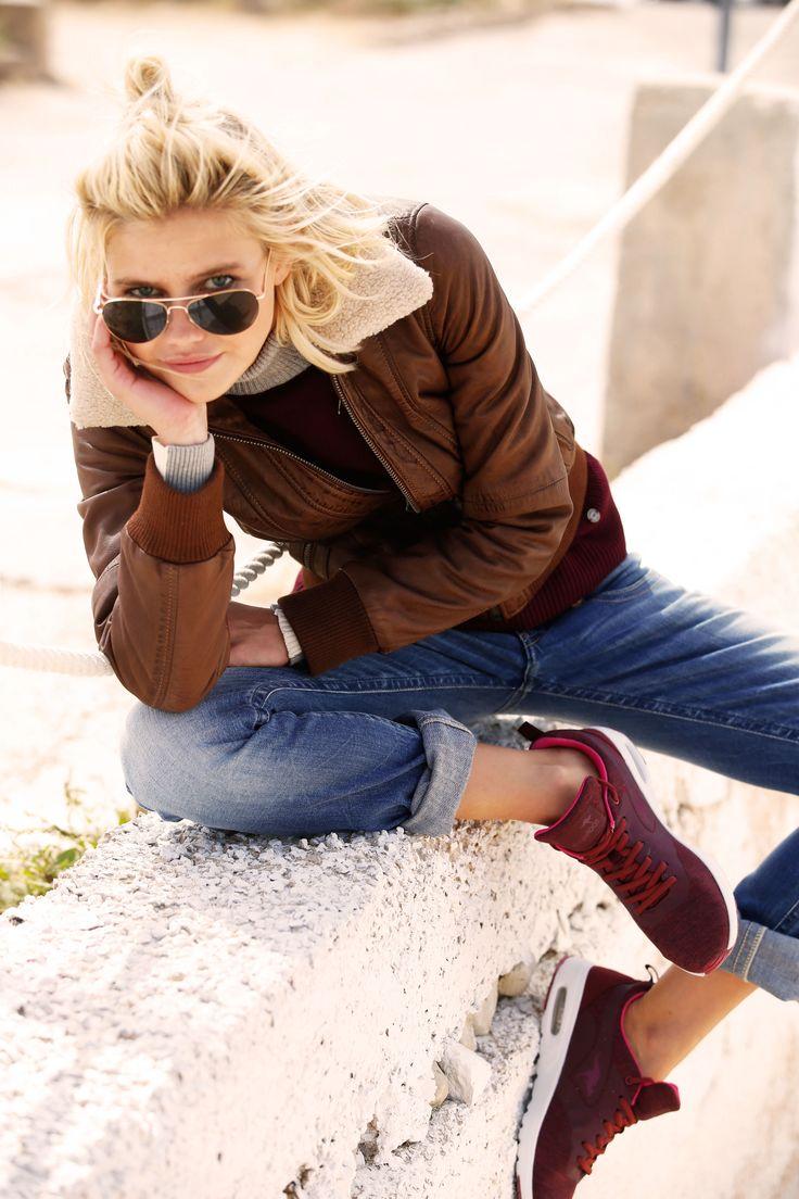 Die Lederjacke ist vor allem im Herbst ein unverzichtbares Kombitalent in deinem Kleiderschrank. Erst Recht, wenn sie so zeitlos und gleichzeitig Vintage ist wie die Lederjacke in Blouson-Optik von KangaROOS. Passt zu Jeans & Boots ebenso gut wie zu Rock & Sneakers.