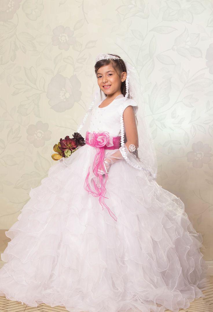 REF.14-38 Vestido de primera comunión convertible, estilo princesa, cuello redondo, descubierto en la espalda, viene con un delicado cinturón de rosas de color fucsia. Toda su falda está hecha en hermosos boleros. Incluye velo, corona y guantes.