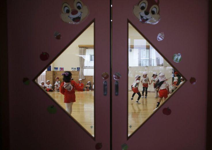 Fukushima, el enemigo invisible | Fotogalería | Actualidad | EL PAÍS. En Koriyama, a poca distancia de la central nuclear de Fukushima, la ciudad recomendó, poco después de la catástrofe, que los niños hasta los dos años no pasaran más de 15 minutos al aire libre, cada día. En la imagen, un grupo de niños juegan al balón prisionero, en una sala de juegos del jardín de infancia 'Emporium' en Koriyama, al oeste de la central nuclear Fukushima.