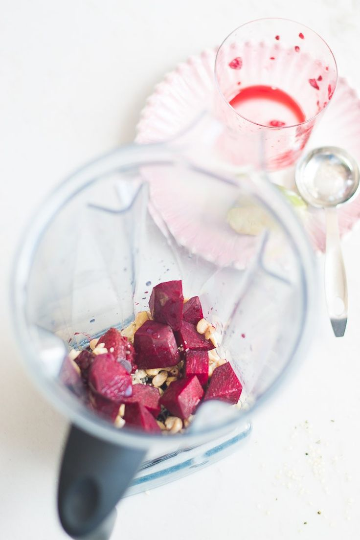 This pink beet smoothie with natural vegan protein is perfect as a pre-workout drink or to start every single day with a nourished and well-balanced drink. Pink Smoothie Recipe, Vegan Smoothie Recipes, Beet Smoothie, Delicious Vegan Recipes, Recipes With Fruit Cocktail, Green Juice Recipes, Healthy Juices, Healthy Smoothies, Nutrient Dense Smoothie