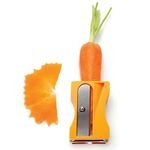 En forme de taille crayons très grand modèle, cet éplucheur original Karoto coloris orange, permet de peler et de tailler des rubans de carottes, courgettes, concombres et autres légumes de formes similaires pour décorer joliment vos plats, vos salades.Un Eplucheur Taille Légumes Karoto Orange Pa Design.En forme de taille crayons.En Abs et lames en inox.2 lames, une à l'extrémité pour peler et l'autre au niveau du taille crayons pour tailler des rubans de légumes.Coloris : orange.Dimensions…