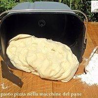 Impasto pizza nella macchina del pane