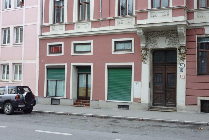 Heinrichstraße 57: kaum noch - an der Eingangstür und den Stufen - erkennbar, aber hier verbarg sich einst eine KONSUM-Filiale. Schon längst wird hinter diesen Fenstern jedoch gewohnt.