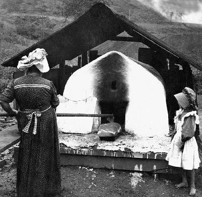 Arizona - cottura del pane in un forno a carbone @Corbis
