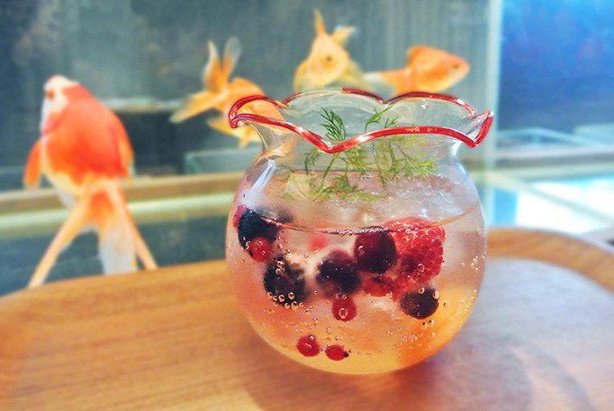 金魚鉢をイメージしたかわいらしいドリンク「金魚ソーダ」や、金魚の赤をイメージした「金魚ソフトクリーム」なども楽しめる。