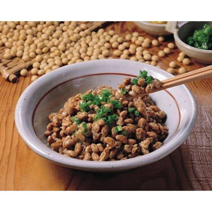 [美容と食事 -納豆編-]  元気でキレイでいたいなら・・・納豆がオススメです。納豆の特徴的な成分は、タンパク質(皮膚や髪の毛、骨などの組織を作り人間の体を構成する重要な成分)、ビタミンK2(カルシウムを骨細胞に吸着させ骨を強くする)、ビタミンB2(肌や粘膜を守る働き)、ビタミンE(肌のしみ、くすみ、しわなど、さまざまなトラブル予防)、ナットウキナーゼ(血液をさらさらにする)・・・など人の身体を作るのに欠かせない栄養ばかり。吹き出物はビタミンBが不足すると発生しやすいので、納豆はお肌対策にも最適。またネギと一緒に食べる事によってこのビタミンBの吸収を高める事が出来るので、納豆とネギの組み合わせは美肌効果を高めることができます。また納豆は腸内の善玉菌の働きを助けて腸内環境を整えてくれるので、便秘にもなりづらいのです。