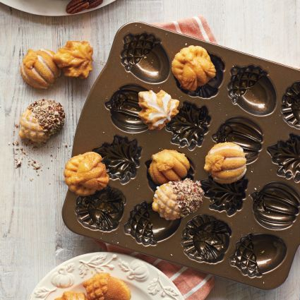 If anyone wants a fancy baking pan this Autumn Mini Cakes Pan is the one for you.