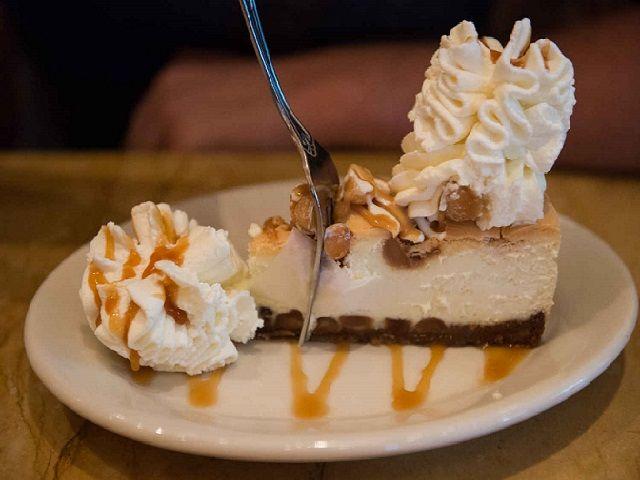La cheesecake è un dolce fresco molto diffuso negli Usa. Ne esistono numerose varianti, sia dolci che salate eproprio questa sua versatilità ci permette di sbizzarrirci con la fantasiae sperimentare nuovi gusti.  Oggi tuttavia ve ne presentiamo una versione davvero golosa e abbastanza semplice d