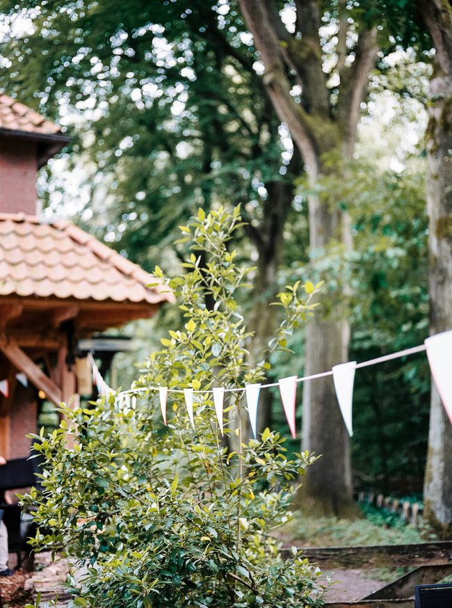 Vlaggetjes in een bosrijke omgeving blijven gewoon mooi. //Foto: Hanke Arkenbout.