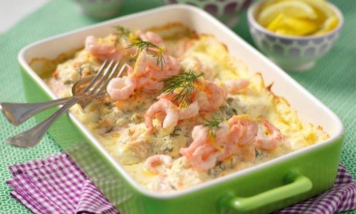 Fetaost och räkor gör laxen till en riktig festfisk. Perfekt bjudrätt när du vill bjuda på något både gott, lyxigt och lättlagat!