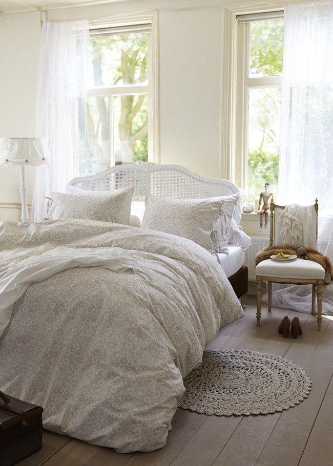HOME NEIGE BLANC WHITE  Ervaar de betovering van een witte winterdag voortaan ook ín je slaapkamer met dit mooie dekbedovertrek, geïnspireerd door het sprookjesachtige effect van sneeuw. Het lieve dessin van kanten bloemen heeft een uitnodigende, handgemaakte uitstraling. Dit wordt nog eens versterkt door de bijpassende kussenslopen die elk met bandjes worden dicht gestrikt. Neige Blanche is gemaakt van 100% hoogwaardig katoen en is ook verkrijgbaar in de kleurstelling Grey.