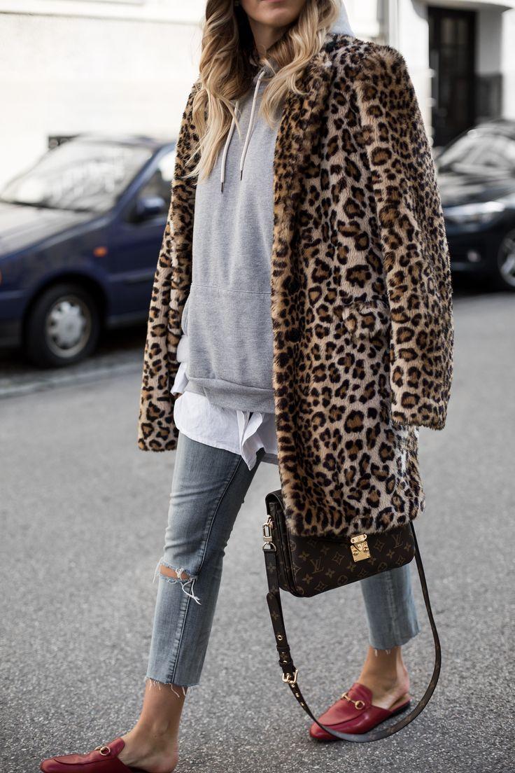 Standard Kombis, welche wahrscheinlich nie out sein werden, Mantel über Kapuzensweater und Rot kombiniert mit Leo. Heute zeige ich euch beide sogar in einem Outfit