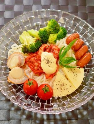 「イタリアと韓国がドッキング!チーズ☆キムチうどん」イタリアの食材のチーズと、韓国の食材のキムチを使ったうどんです。チーズとキムチは同じ発酵食品なので、相性抜群!マヨネーズをかけて、混ぜてお召し上がり下さいね。【楽天レシピ】