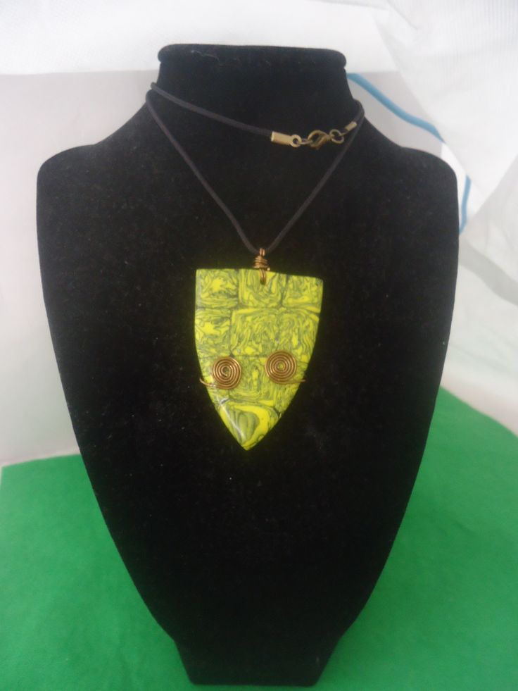sarga fekete medal ,drothajlitassal diszitve