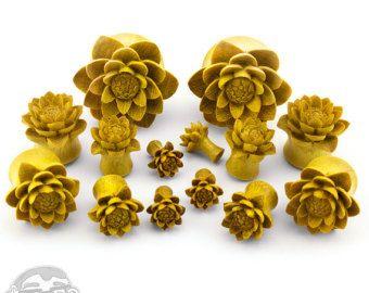 Artículos similares a Flor de loto tapones tallados orejas estiradas calibre jackfruit madera orgánica natural 0g pendiente de madera marrón expansor joyería piercing de la mano de medidores en Etsy