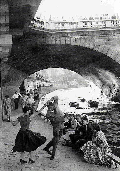 Street Photography is the best - Paul Almasy. Jeunes dansant le Rock'n'Roll sur les quais de Paris, années 50
